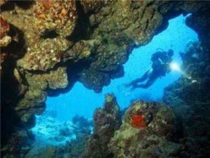 1435073438_podvodnye-arheologi-obnaruzhili-fragment-drevnego-hrama-akra-v-krymu-foto